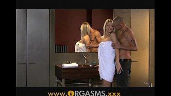Блондинка лобызает фаллос во времячко мастурбации