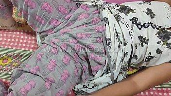 Молодая малышка с сверхестетственными волосками и в черном как смоль майке показала стриптиз на порно отборе