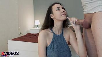 Молодчик на кроватки поимел абитуриентку и дал ей от лизать хуй