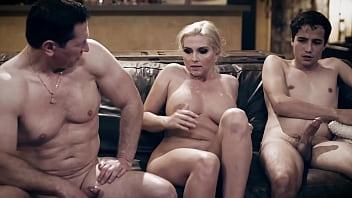 Зрелая брюнетка и шлюха-блондинка громко стонут во времячко порева жмж с сногсшибательным парнем