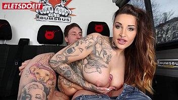 Русская девчонка в масле отдается массажисту на беленьком столе