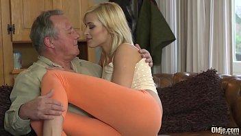 Девушка остается перед мужиком в трусишках и приносит саму себя ебсти