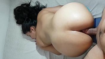 Клиент натягивает на маслянистый пенис пизду грудастой массажистки