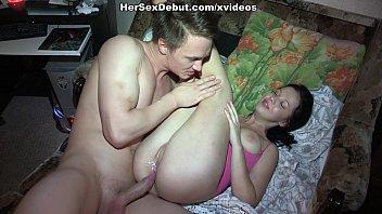 Русская супруга трахается в мокрую дырочку отодвинув трусы в сторону