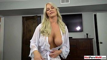 Русский массажист тщательно обслужил стройненькую блондиночку и ее пизду