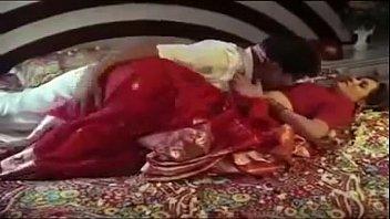 Мускулистый парень наблюдает за еблей своих супруги и любовницы на полу