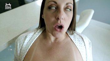 Жена использует автомобильный ручник с презервативом для своей мохнатки
