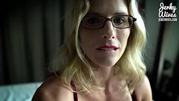 Классический секс с брюнеткой на твердый диванчика перед вебкамерой