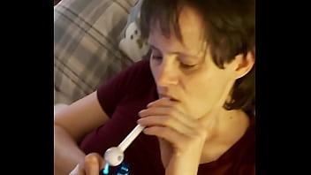 Паренек кривым хуем вдул курящей подруге в пирсингованную письку