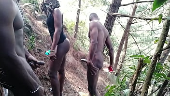 Африканец и его сисястая подруга организовали жаркий перепихон среди сумерка