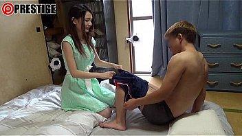Девчонка делает массаж загорелому качку и ебется с ним