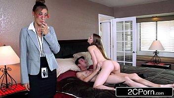 Телка врезается во вкус анального секса и стремится быть перед мускулистым парнем конкретно рачком