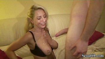 Сексуальная бабуля с сверхестетственными волосами лежит на партнере и громко сосет его фаллос
